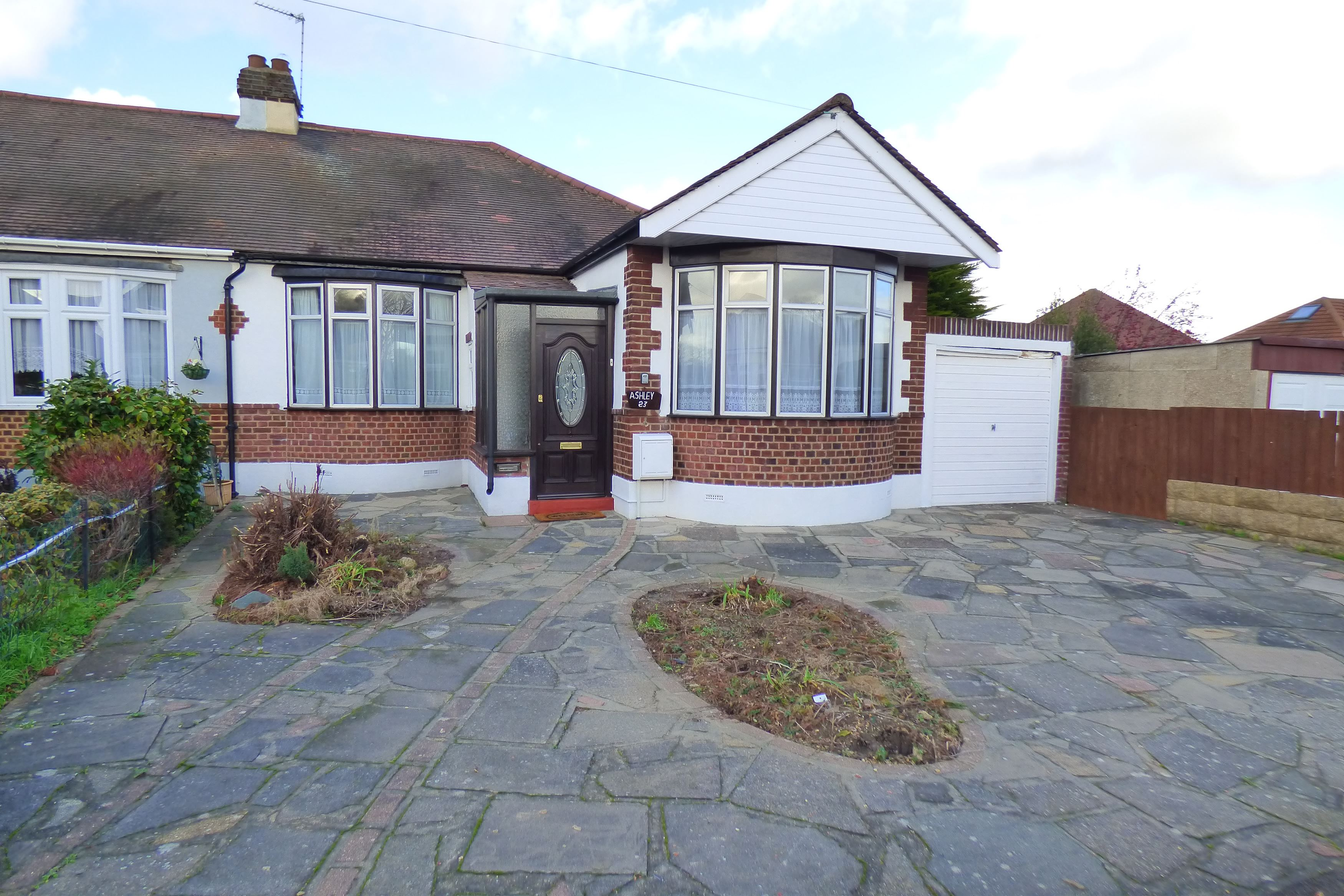 2 bedroom bungalow for sale upland court road romford for 2 bedroom bungalow