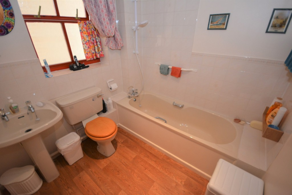 2 bedroom flat for sale adrian court alexandra road for Lowestoft bathroom centre