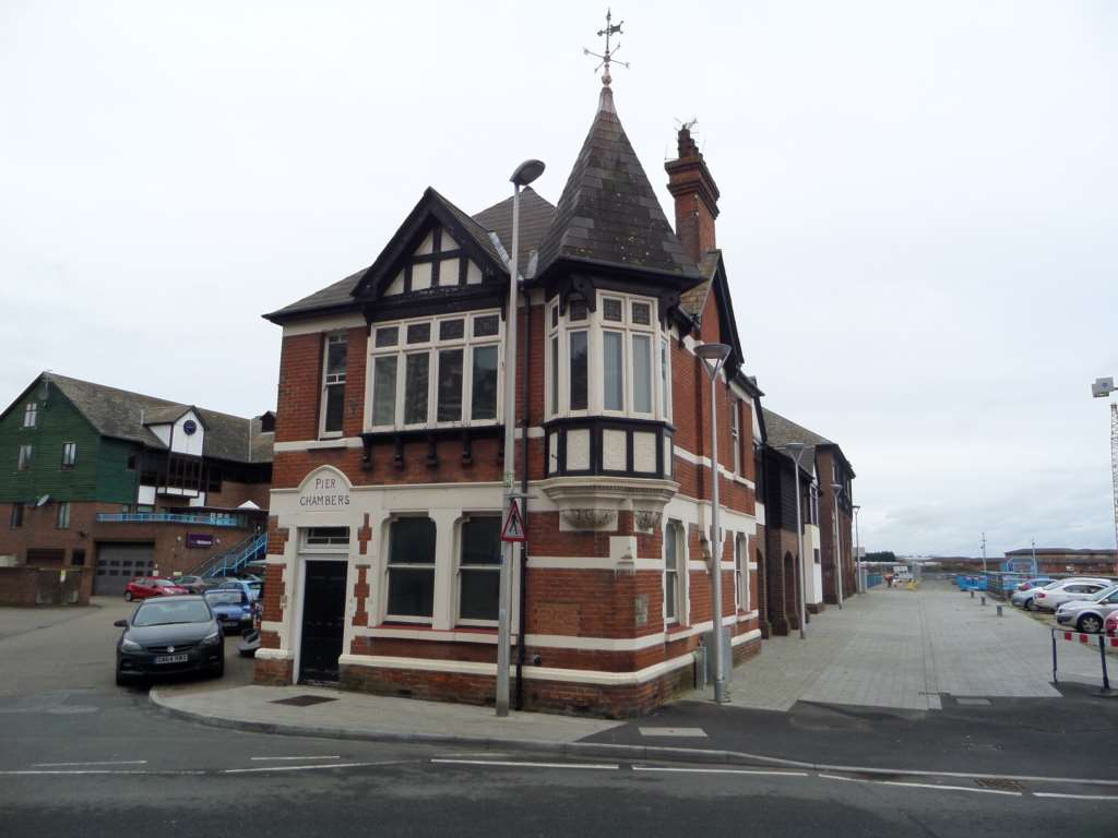 Detached house to rent pier chambers sun wharf medway for Pier home