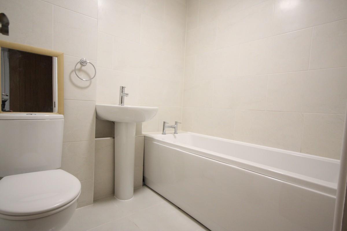 Edmonds Court Foyer Small Heath : Bedroom flat to rent azalea court hook heath woking