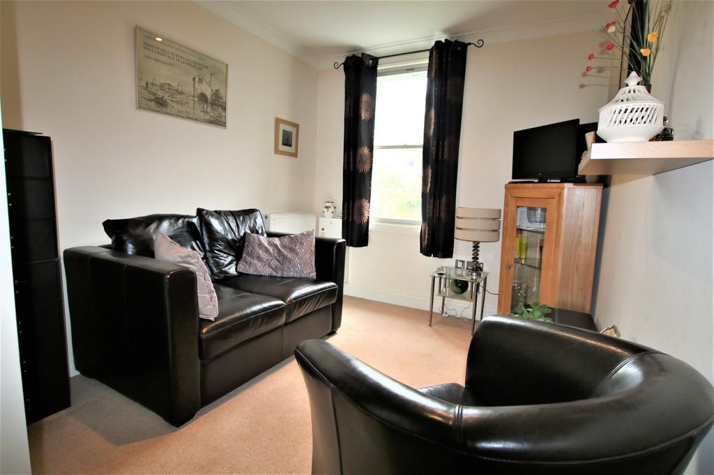 2 Bedroom Flat For Sale Park Street Colnbrook Slough Sl