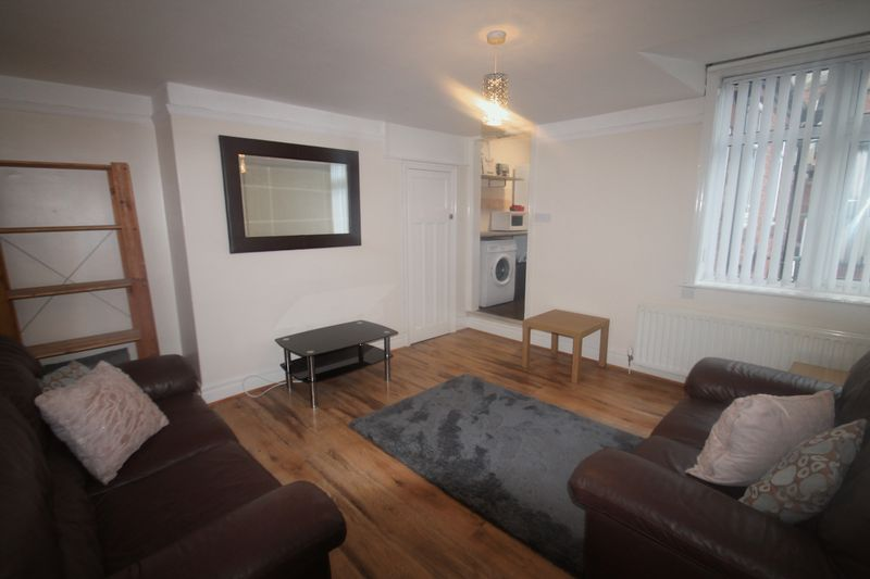 5 bedroom terraced house to rent goldspink lane for Living room newcastle