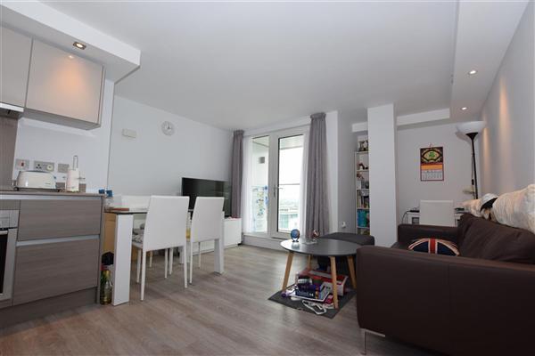 2 bedroom flat to rent broadwalk shopping centre station. Black Bedroom Furniture Sets. Home Design Ideas