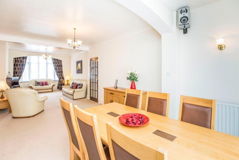 4 bedroom end of terrace house for sale dawlish drive 19962 | 8c84786c9448fd75a7c19962c6c345f7 810 420