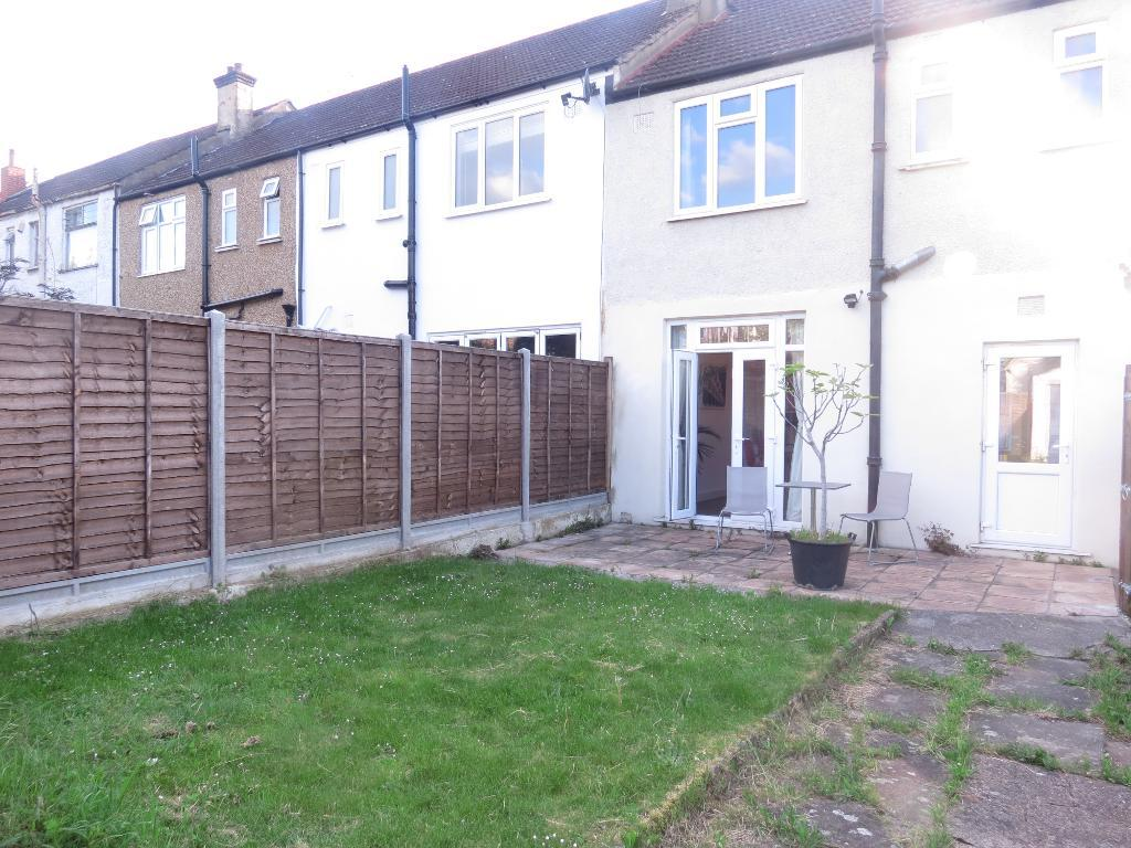 3 bedroom house to rent fairway raynes park london sw for Fairway house